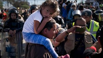 العثور على عشرات المهاجرين على وشك الموت في شاحنة في تكساس