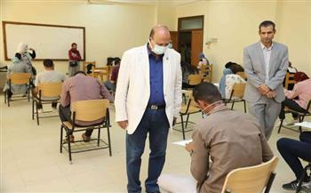 نائب جامعة جنوب الوادي يتفقد امتحانات عدد من الكليات| صور