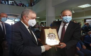 رئيس النيابة الإدارية يهدي درع الهيئة لمحافظ الإسماعيلية