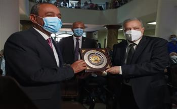 محافظ الإسماعيلية يهدي رئيس النيابة الإدارية درع المحافظة