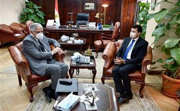 وزير الشباب يناقش مع رئيس نادي طنطا موقف الخطط والمشروعات الاستثمارية | صور