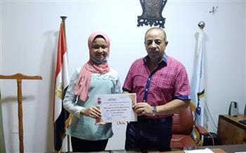 رئيس مدينة القصير يكرم طالبة لحصولها على المركز الثاني في مسابقة التحدث بالفصحى