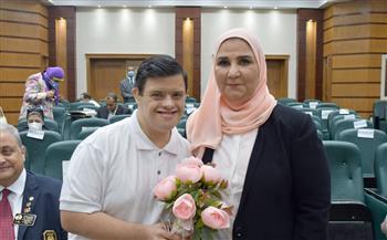 وزيرة التضامن الاجتماعي تمنح أبطال مصر ذوي الهمم بطاقة عضوية مشروع الرعاية الصحية| صور