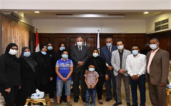 محافظ قنا يكرم أسرة الراحل خالد محمد علي لدوره في دعم ذوي الاحتياجات الخاصة | صور