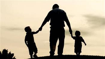 """«بأي حال عدت يا عيد».. """"العولمة"""" تطيح بمفهوم الأبوه.. وخبراء يطالبون بإعادة ترسيم العلاقة بين الآباء والأبناء"""