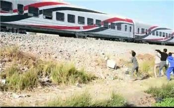 رصد أطفال يرشقون القطارات بالحجارة في مطروح| صور