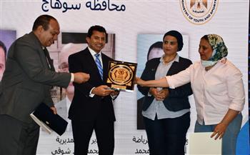 وزير الرياضة يكرم الجهات الداعمة لمشروعات الوزارة  صور