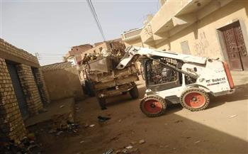 غلق ورشتين ورفع 45 حالة إشغال طريق و320 طن قمامة في الفيوم| صور