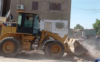 إزالة مخالفات تعد بالبناء على أرض أملاك الدولة بمدينة أرمنت في الأقصر | صور