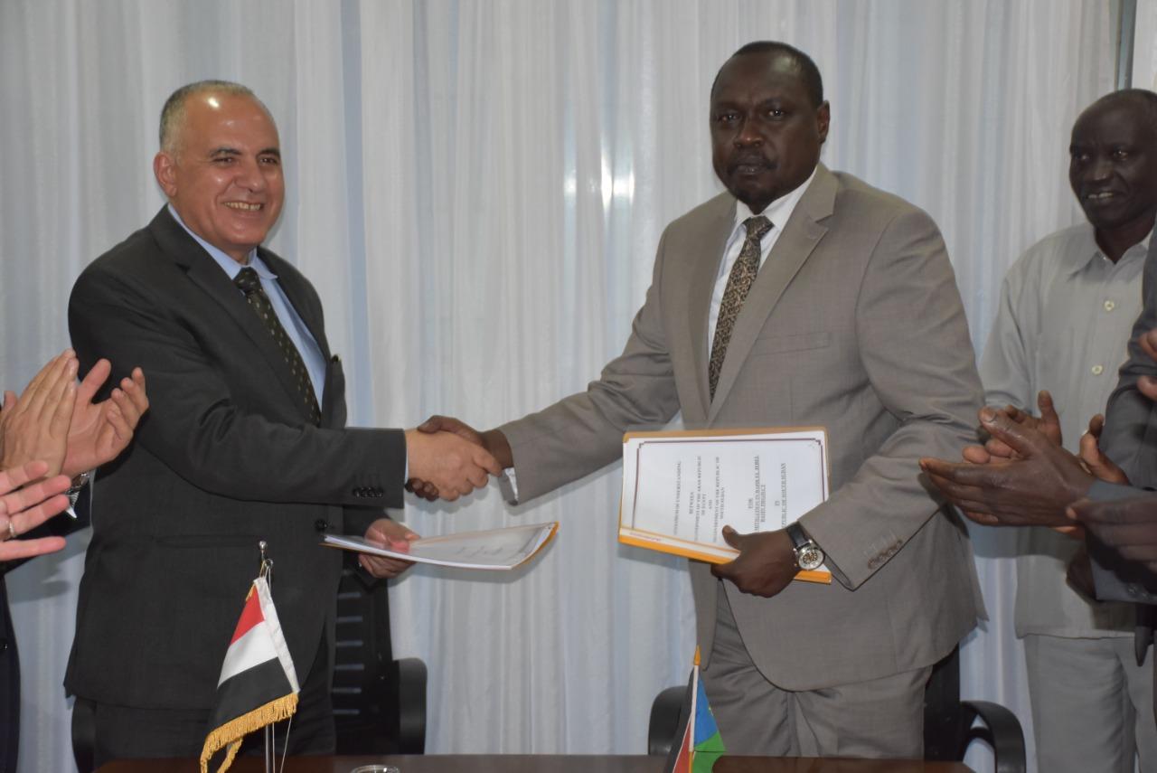 وزير الري خلال توقيعه على مذكرة تفاهم مع نظيره بجنوب السودان