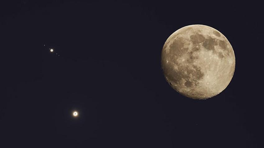 القمر يزين السماء في تربيعه الأخير بشهر محرم
