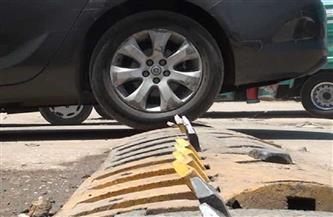 صيانة المطبات الشوكية لضبط المرور ومنع السير عكس الاتجاه في ميت غمر