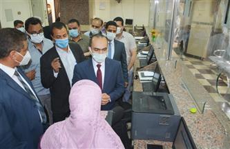 نائب محافظ سوهاج يتفقد سير العمل بالمركز التكنولوجي لخدمة المواطنين | صور