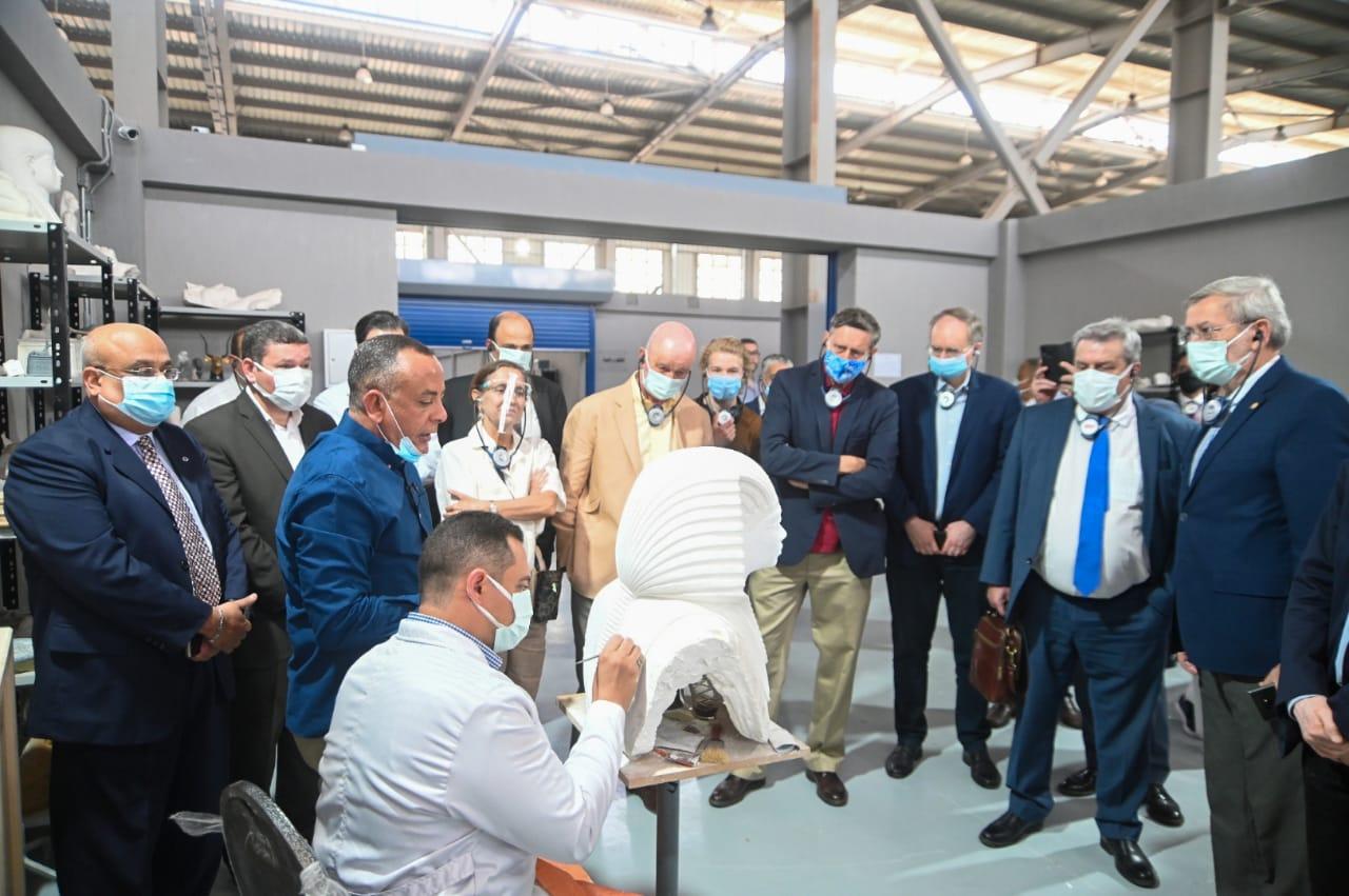زيارة السفراء لمصنع المستنسخات الاثرية