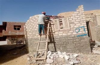 إزالة أحد المنازل في منطقة جبل العفش داهمة الخطورة بالغردقة   صور