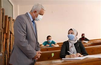 رئيس جامعة المنوفية يتفقد سير الامتحانات بالكليات | صور