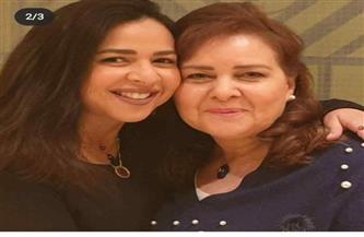 إيمي سمير غانم تدعو لوالدتها بالشفاء