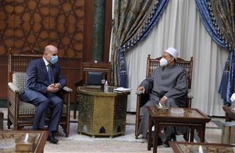 الرئيس الفلسطيني يهدي شيخ الأزهر نسخة خاصة من العهدة العمرية