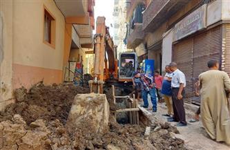 تنفيذ 150 مترًا من شبكات انحدار الصرف الصحي في عدد من شوارع إسنا بالأقصر   صور