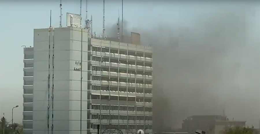 مشاهد أولية لحريق مبنى وزارة الصحة وسط بغداد   فيديو