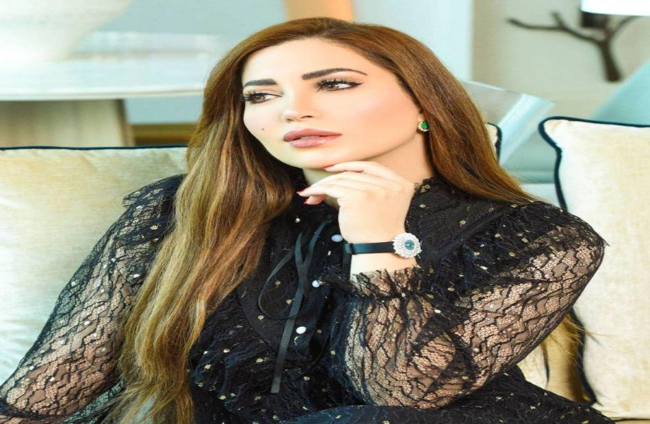 نسرين طافش تهدي جائزة لروح المخرج حاتم علي