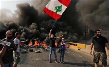 قوات الأمن اللبنانية تلقي قنابل الغاز المسيلة للدموع على المتظاهرين أمام مجلس النواب