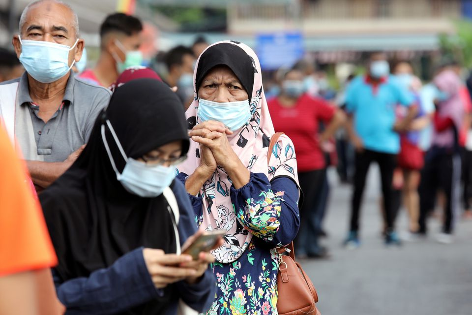 تطعيم  من السكان في ماليزيا باللقاحات المضادة لكورونا