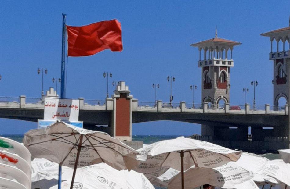 رفع الرايات الحمراء على شواطئ الإسكندرية وتحذيرات من ارتفاع الأمواج