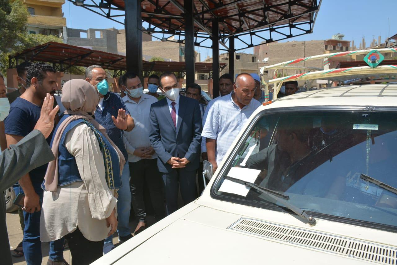 نائب محافظ سوهاج يتفقد عددًا من المواقف لمتابعة التزام السائقين بتعريفة الركوب