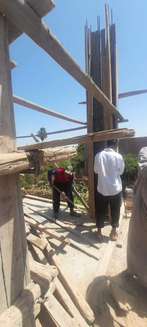 إزالة حالات بناء مخالف بطهطا والتحفظ على مواد البناء