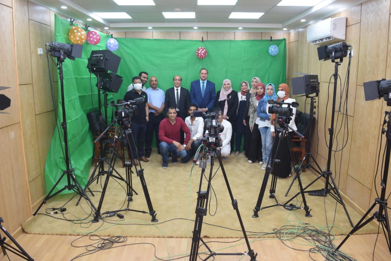 رئيس جامعة سوهاج يفتتح أول إستديو إذاعي لقسم الإعلام