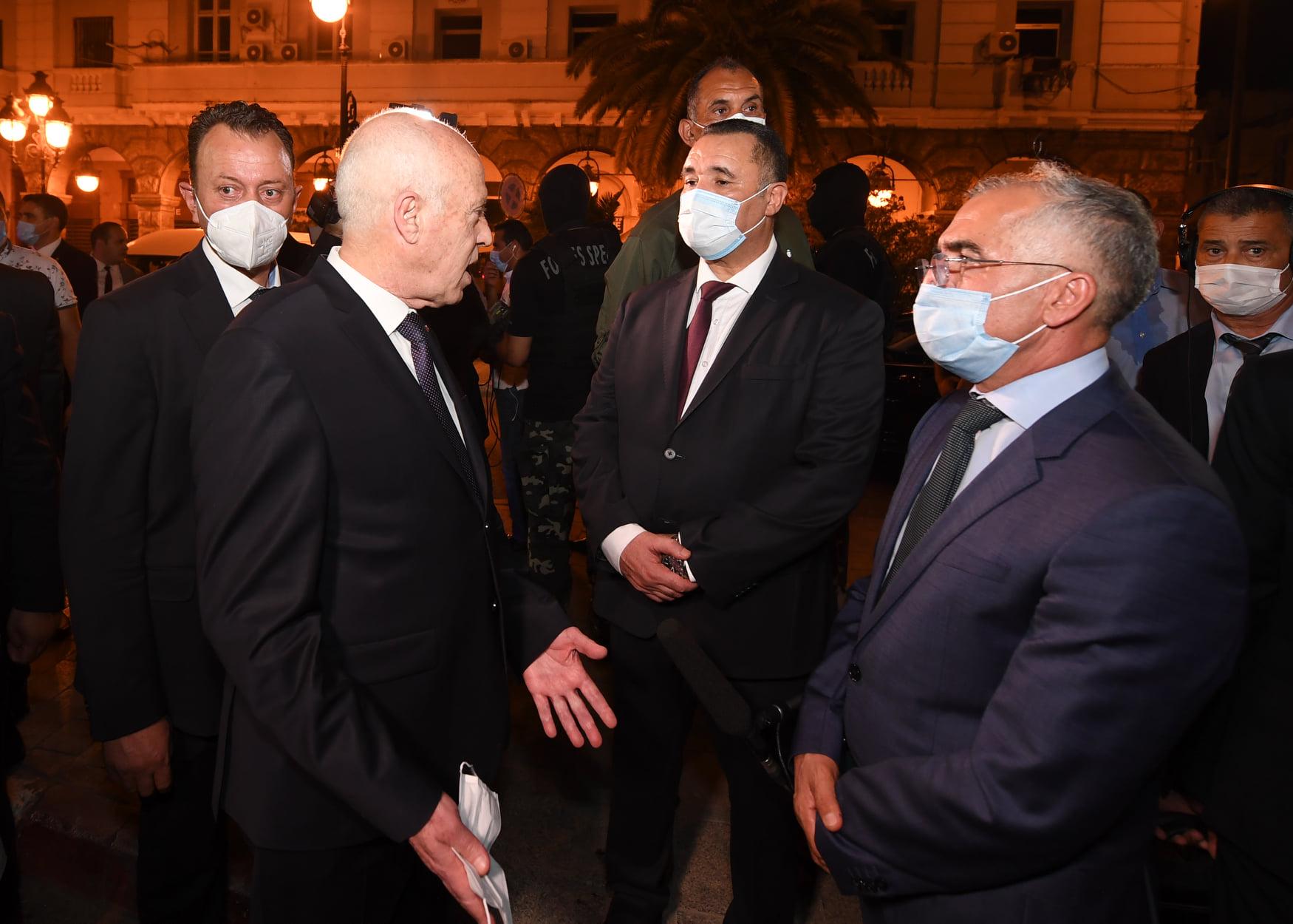 الرئيس التونسي قيس سعيد يقوم بجولة تفقدية في شارع الحبيب بورقيبة
