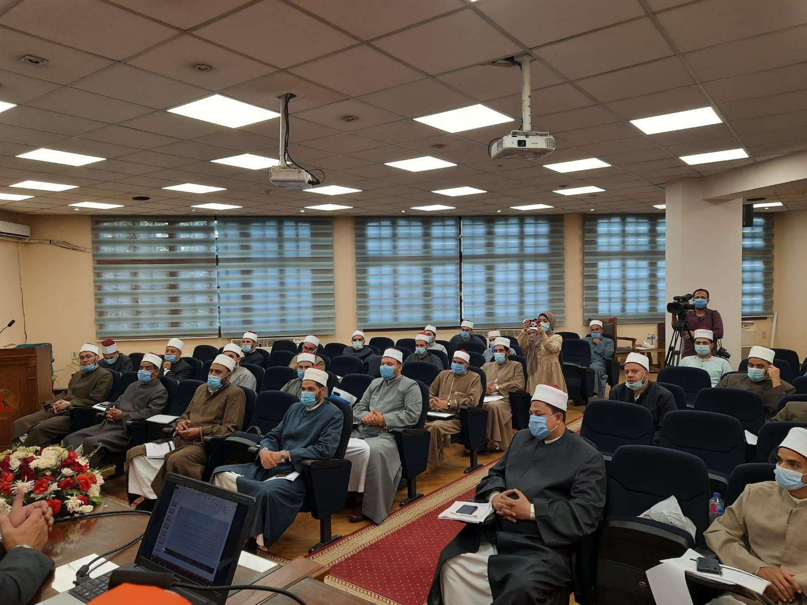 نائب رئيس جامعة عين شمس يشهد ثاني أيام دورة المهارات الإعلامية لأئمة الأوقاف بكلية الآداب