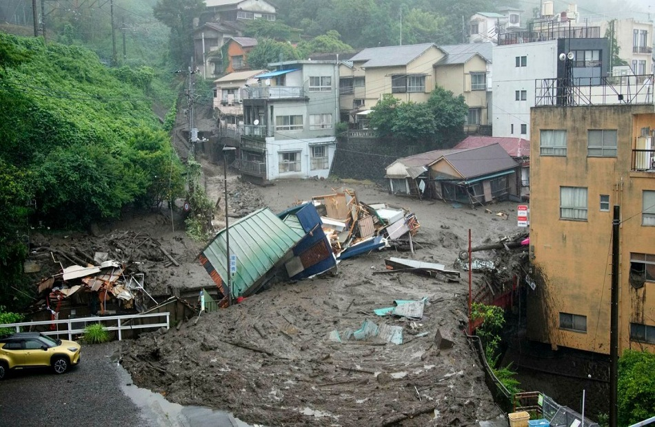 مسعفون يبحثون تحت المطر عن ناجين بعد كارثة انزلاق التربة في اليابان