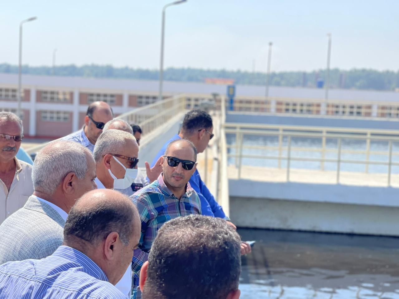 مسئولو  الإسكان  يتفقدون محطة معالجة صرف صحي بمدينة السادات