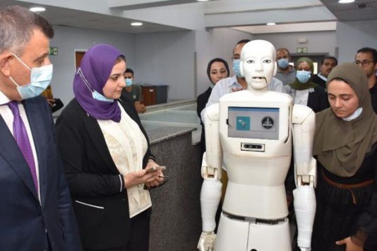 ;تتحدث بالعامية; رئيس جامعة عين شمس يكشف تفاصيل أول ممرضة روبوت في مصر