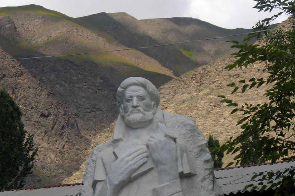تمثال الرحالة الفارسي ناصر خسرو
