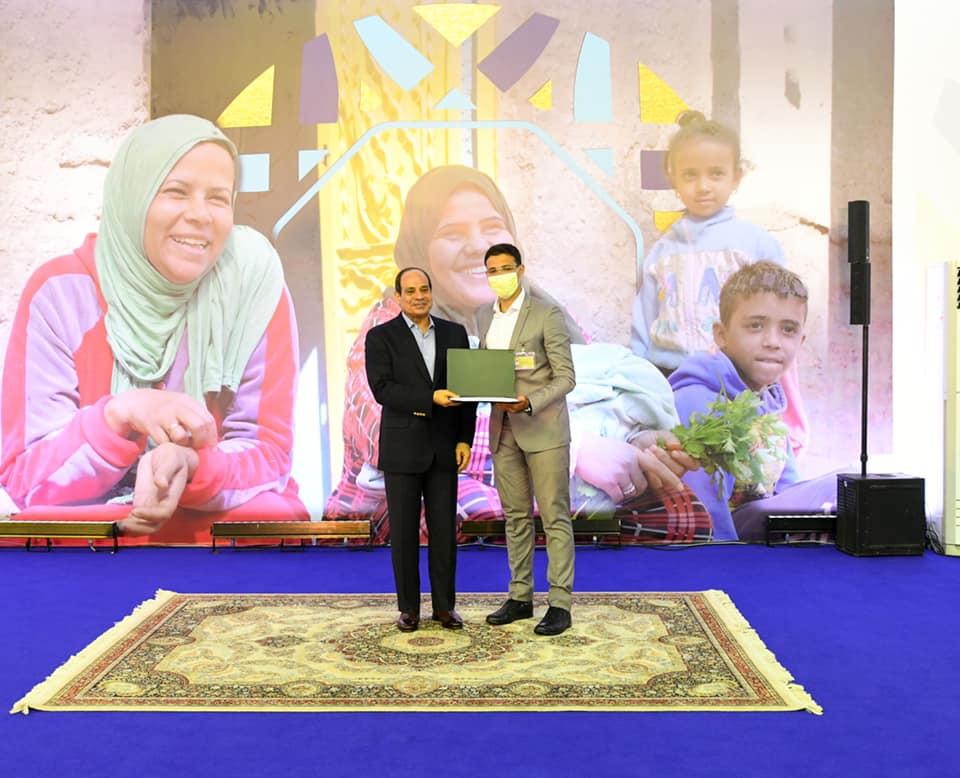 الرئيس السيسي يسلم عددًا من عقود الشقق الجديدة للمواطنين في مدينة بدر   صور