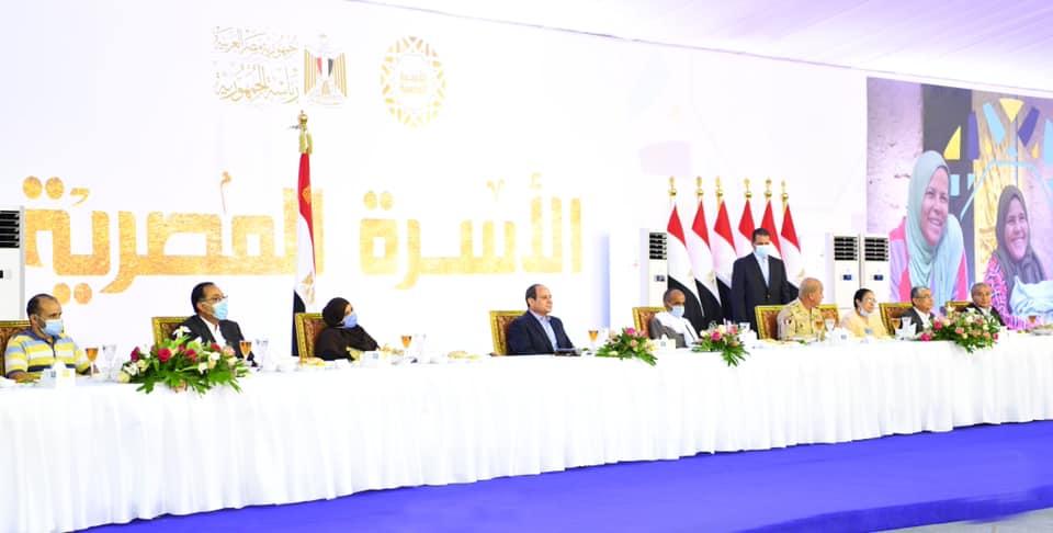 الرئيس السيسي يسلم عدد من عقود الشقق الجديدة للمواطنين