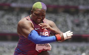 الأولمبية الدولية تحقق مع سوندرز بسبب لفتة احتجاجية على منصة التتويج