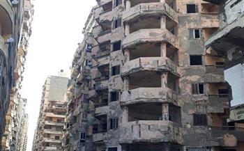 إصابة شخص وتحطم سيارة في انهيار شرفة عقار شرق الإسكندرية صور