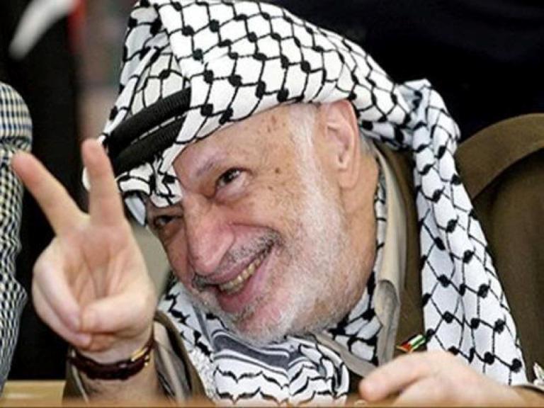 فى ذكرى ميلاد ياسر عرفات كيف أمسك ;أبو عمار; البندقية فى يد وغصن الزيتون بالأخرى؟   صور