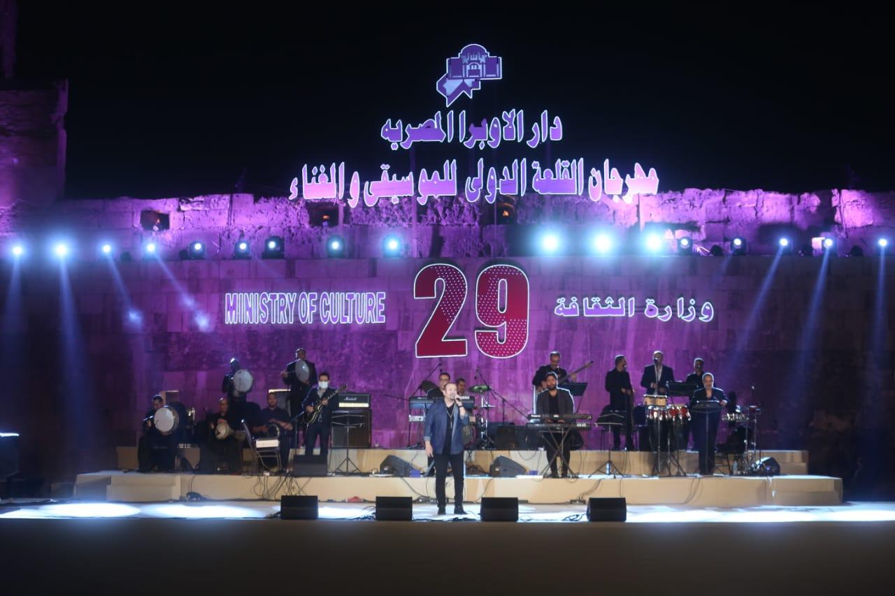 هشام عباس يفتح صندوق الذكريات ونوران أبو طالب تجري حوارا غنائيا مع الجمهور  صور
