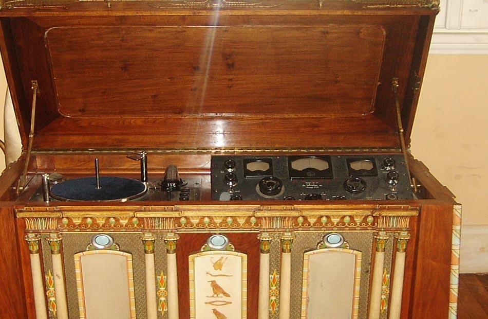 جهاز جرامافون على هيئة واجهة معبد قطعة شهر أغسطس بمتحف ركن فاروق بحلوان|صورة