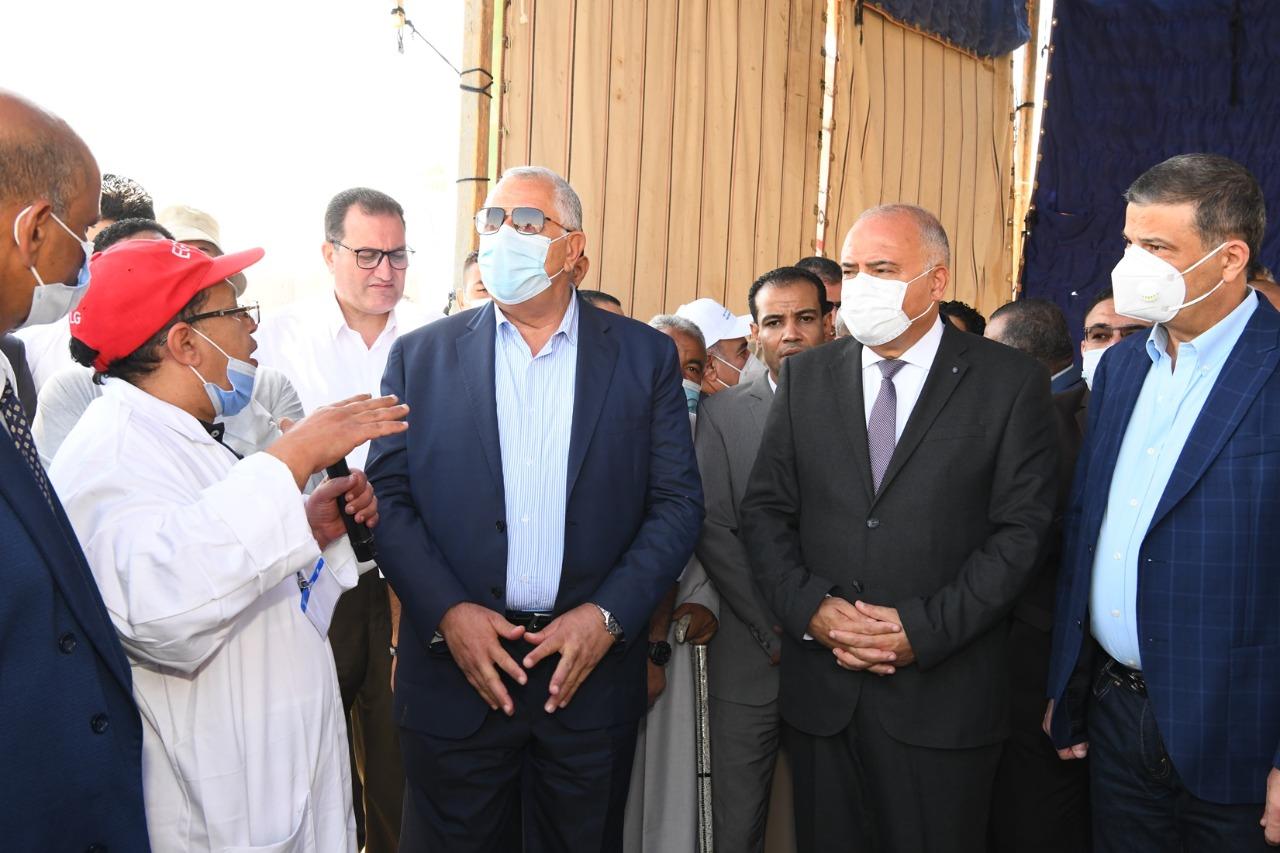 وزير الزراعة ومحافظ قنا يتفقدان أعمال القافلة البيطرية بقرية المراشدة   صور