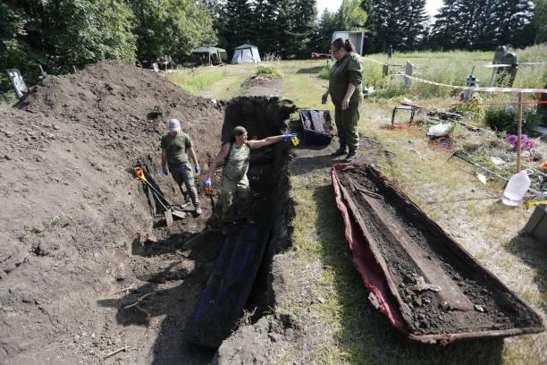 شاهد العثور على مقبرة جماعية كبرى من عهد ستالين في أوكرانيا
