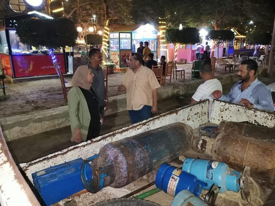 رئيس غرب المنصورة يصادر اسطوانات الغاز من محال شارع 306