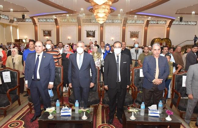 محافظ سوهاج ورئيس الجامعة يشهدان تكريم عدد من أسر شهداء الأطباء  صور