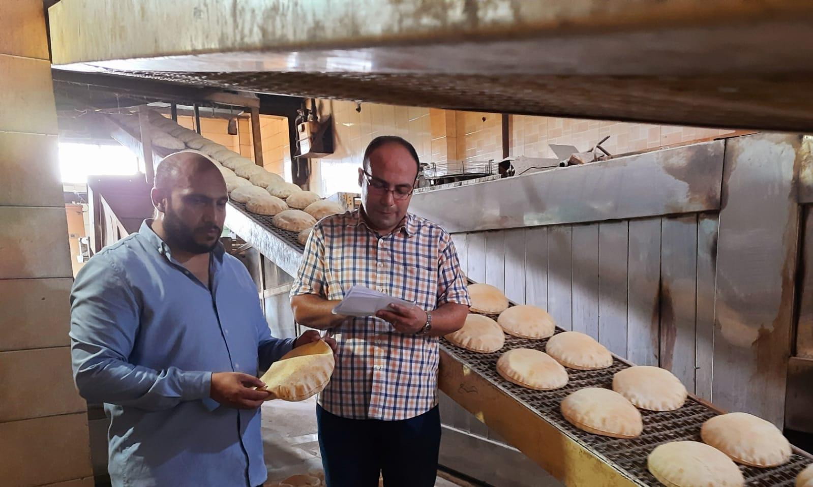 ضبط مخابز لتصرفهم في الدقيق المدعم وإنتاج خبز ناقص الوزن بمركز المنصورة  صور