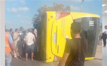 إصابة-سائق-في-انقلاب-أتوبيس-رحلات-على-الطريق-الدولي- صور-